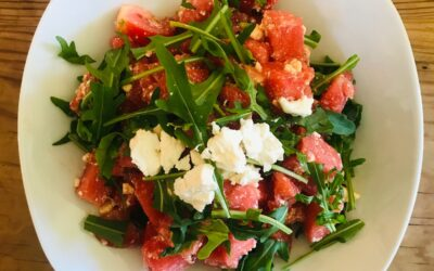 Erfrischender Sommersalat mit Wassermelone, Tomate und Feta