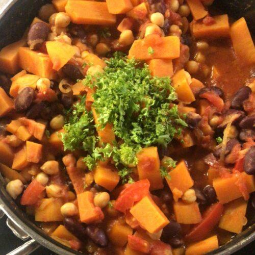 Rezept-Quickie: Süßkartoffel-Curry mit Kichererbsen und Kidney-Bohnen, dekoriert mit Petersilie